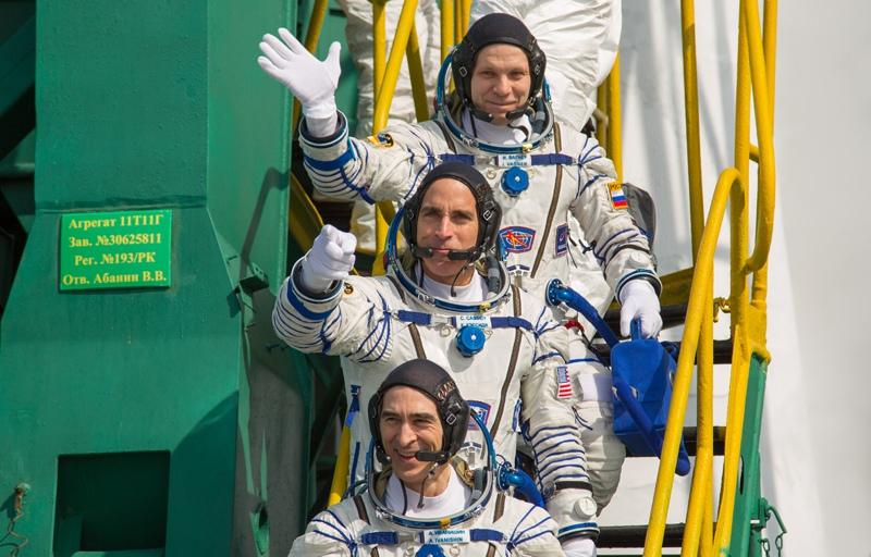 Члены экипажа МКС-63 космонавт Роскосмоса Анатолий Иванишин, астронавт НАСА Кристофер Кэссиди и космонавт Роскосмоса Иван Вагнер (снизу вверх)