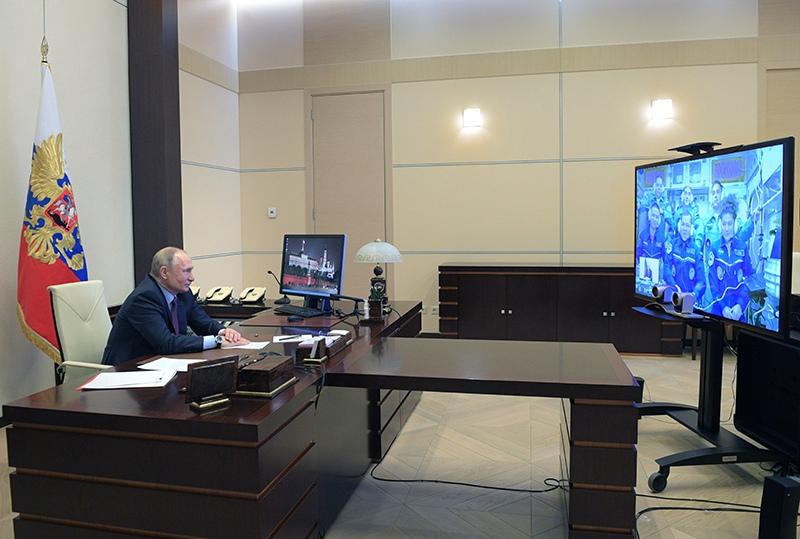 Владимир Путин во время сеанса связи с МКС в режиме видеоконференции