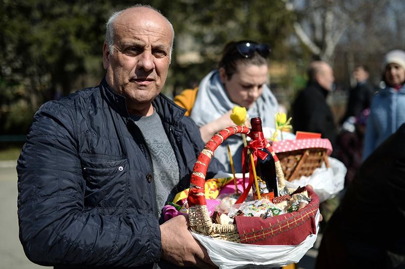 Верующий во время освящения пасхальных куличей и яиц
