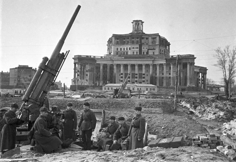 Битва за Москву. Ноябрь 1941 года. Зенитные установки у Театра Советской армии