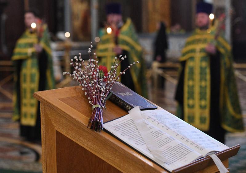 Божественная литургия в канун Вербного воскресенья в храме Христа Спасителя в Москве