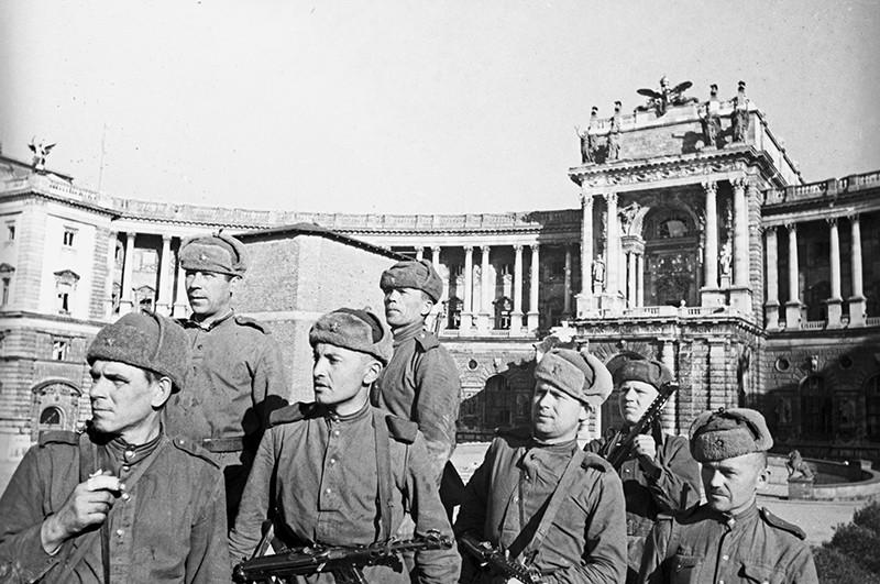 Советские воины в освобожденной Вене