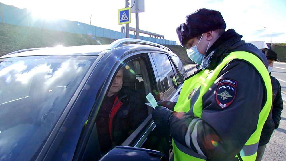 Инспектор ГИБДД проводит проверку документов у водителей