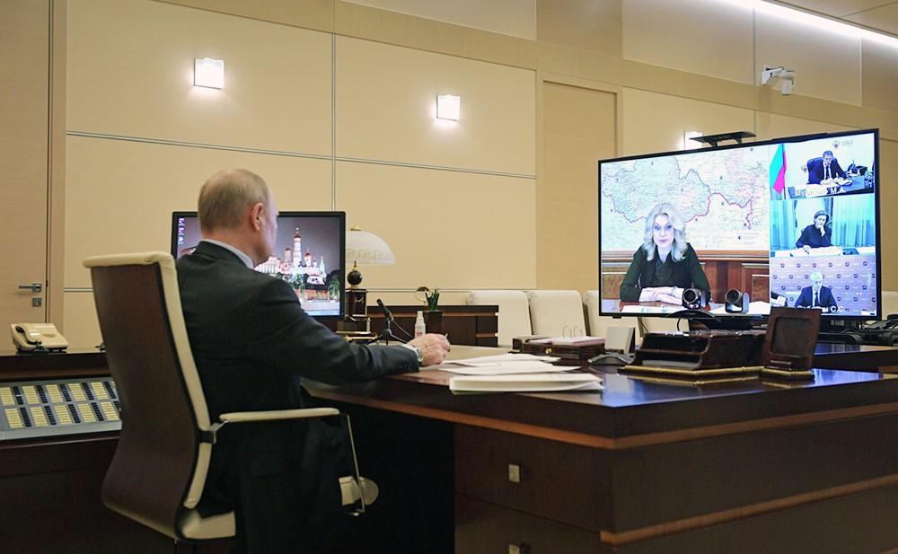 Владимир Путин проводит видеоконференцию