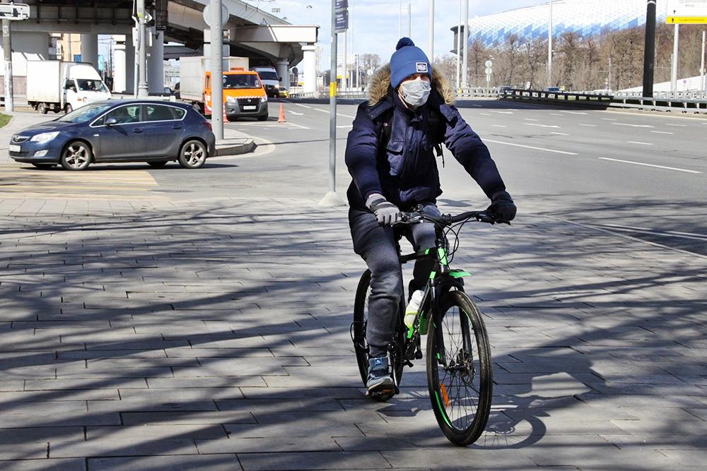 Велосипедист в медицинской маске