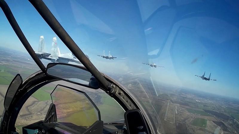 Экипажи истребителей СУ-30СМ и штурмовиков СУ-25СМ3
