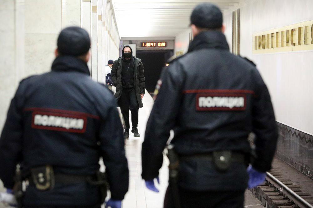 Сотрудники полиции во время проверки режима самоизоляции в метро