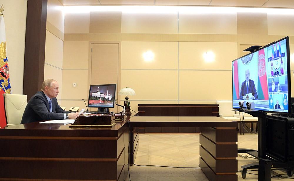 Владимир Путин во время видеосвязи с членами Высшего Евразийского экономического совета