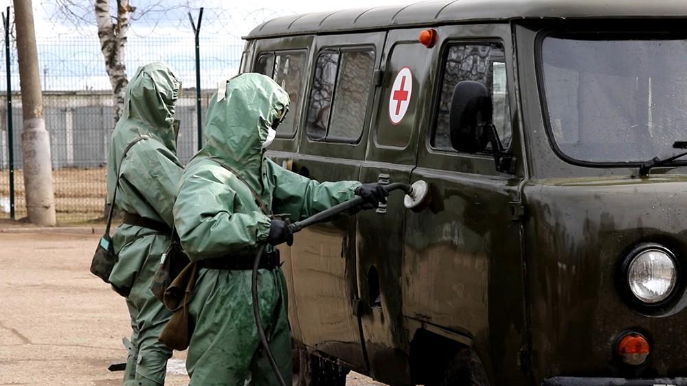 Военные проводят дезинфекцию зданий