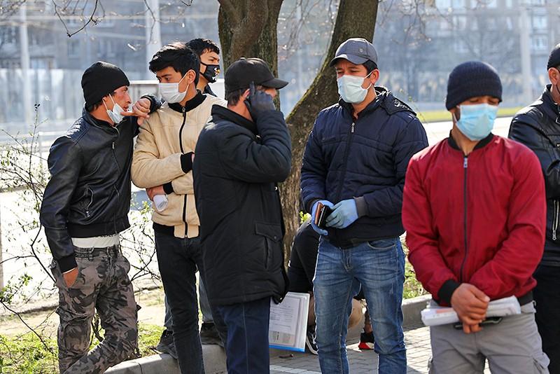 Мигранты в медицинских масках
