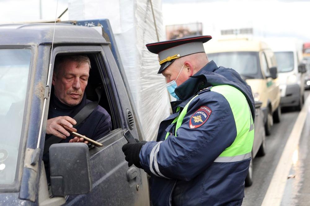 Сотрудники ГИБДД проводят проверку пропусков у автомобилистов