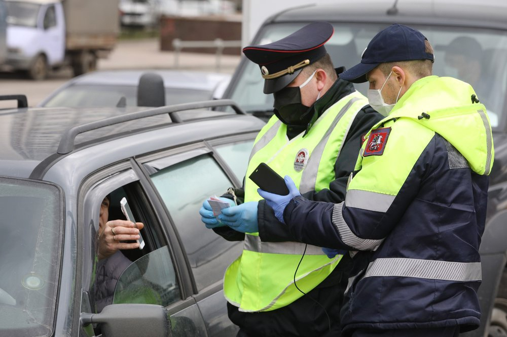 Сотрудники ГИБДД проверяют пропуска у автомобилистов