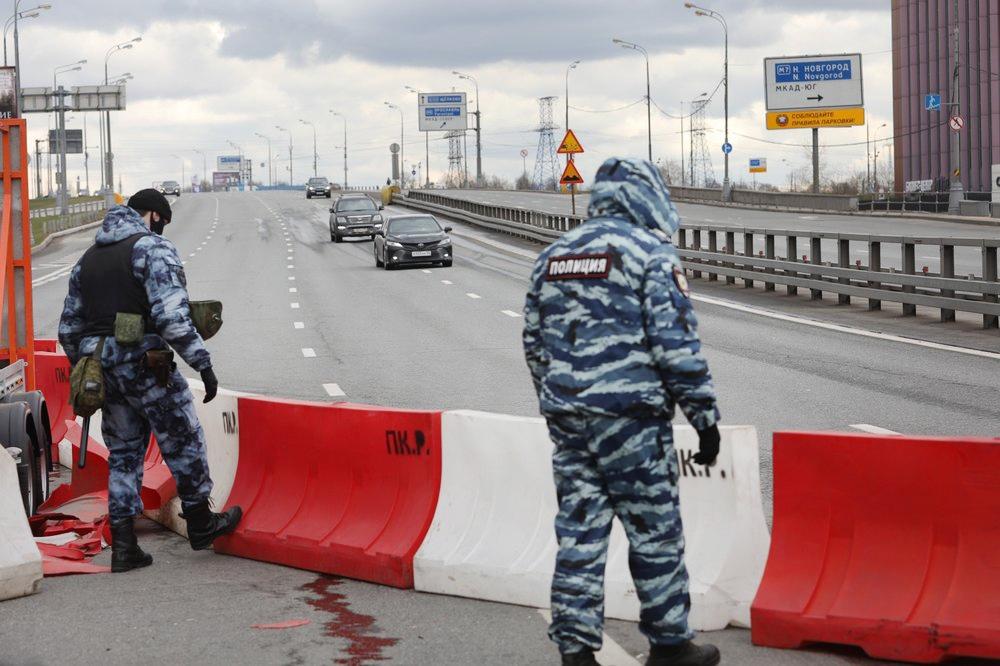 Сотрудники полиции перекрыли дорогу