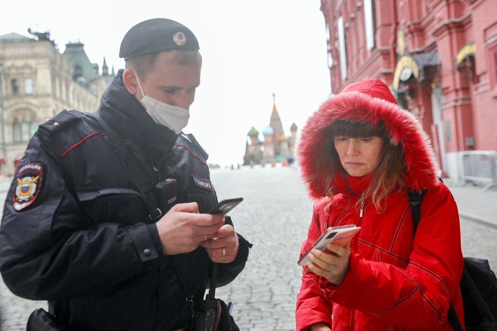Сотрудник полиции проверяет цифровой пропуск
