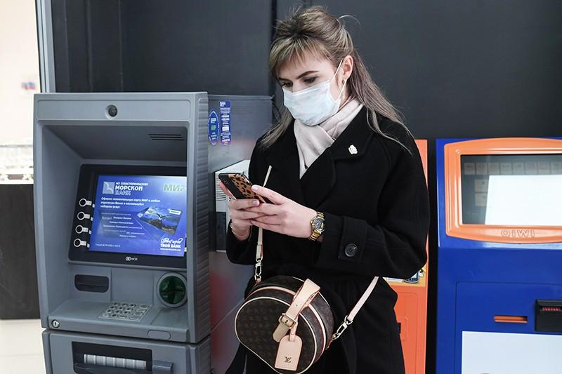 Девушка возле банкоматов