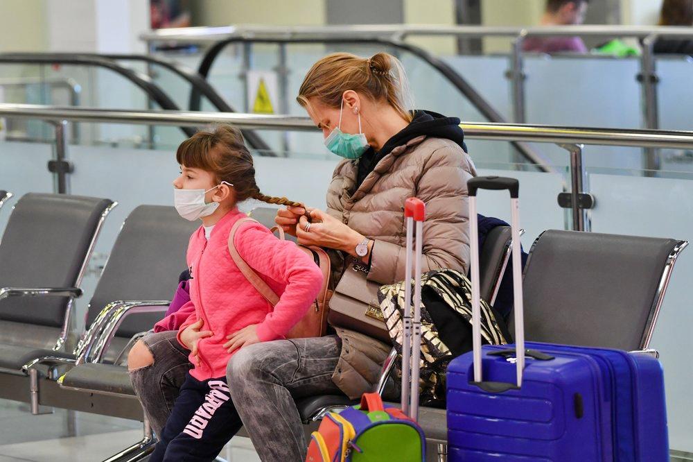 Пассажиры в медицинских масках в аэропорту