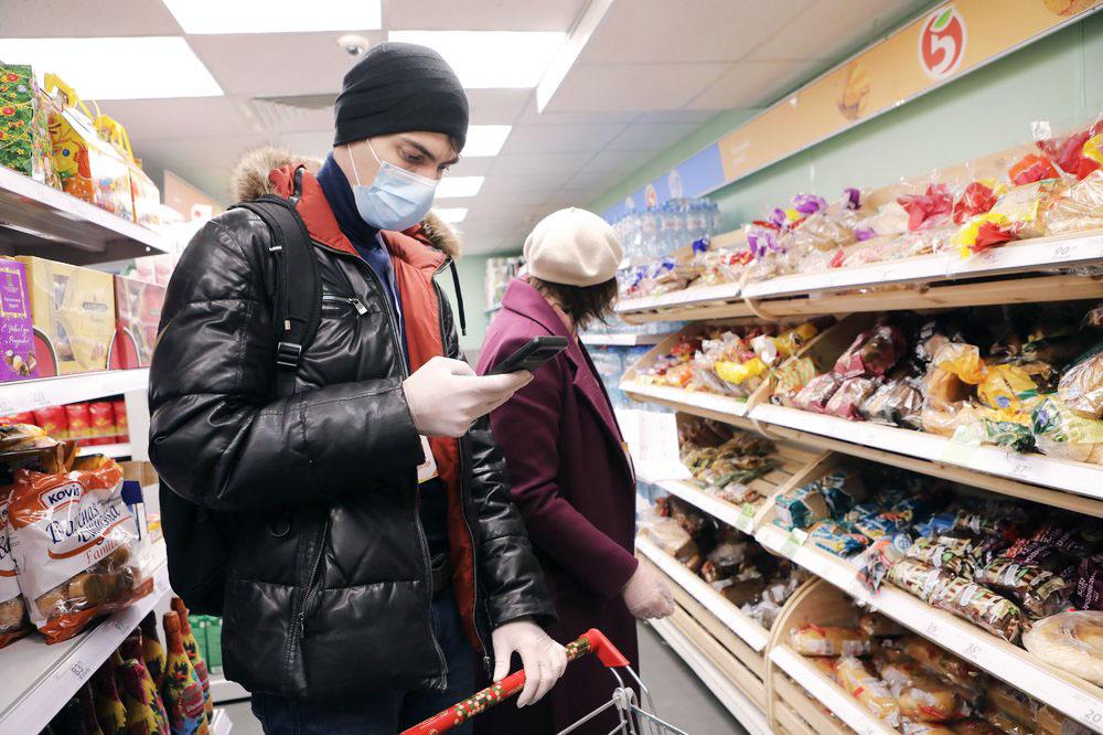 Волонтеры покупают продукты пожилым людям во время пандемии коронавируса