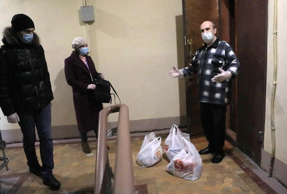 Волонтеры доставляют продукты пожилым людям во время пандемии коронавируса