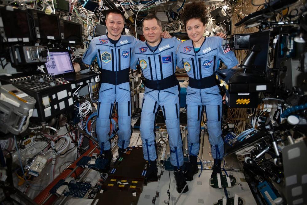 Космонавт Олег Скрипочка и астронавты НАСА Эндрю Морган и Джессика Меир