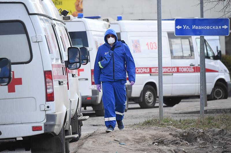 Медицинский работник у автомобилей скорой помощи