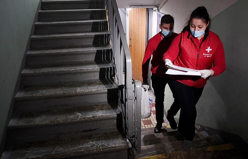 Волонтеры доставляют продукты пожилым людям во время пандемии коронавирусат