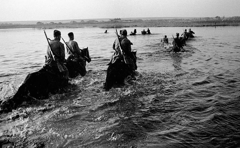Советские кавалеристы форсируют реку