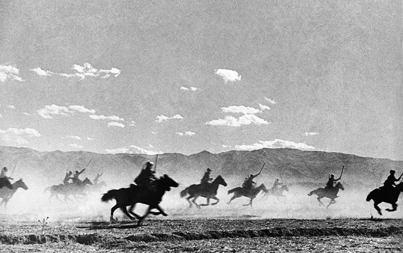 Советские кавалеристы проводят атаку