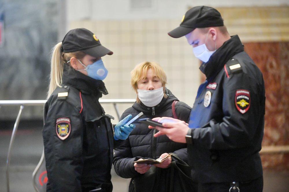 Сотрудники полиции проверябт цифровой пропуск
