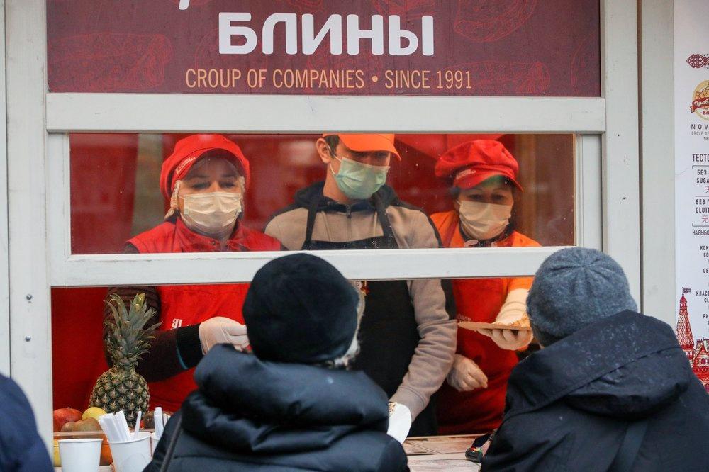 Продавцы в медицинских масках