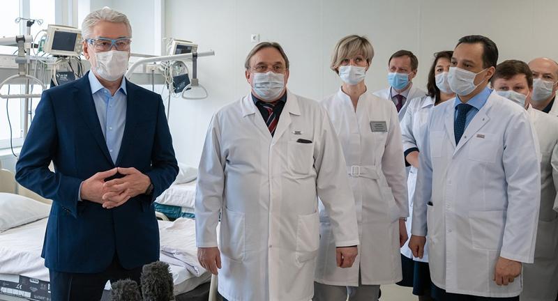 Сергей Собянин во время посещения больницы №24
