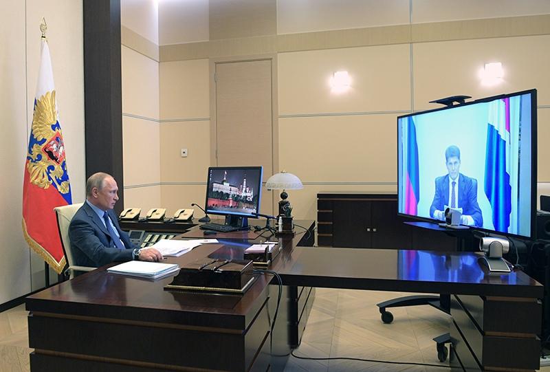 Владимир Путин во время встречи в режиме видеоконференции с Олегом Кожемяко
