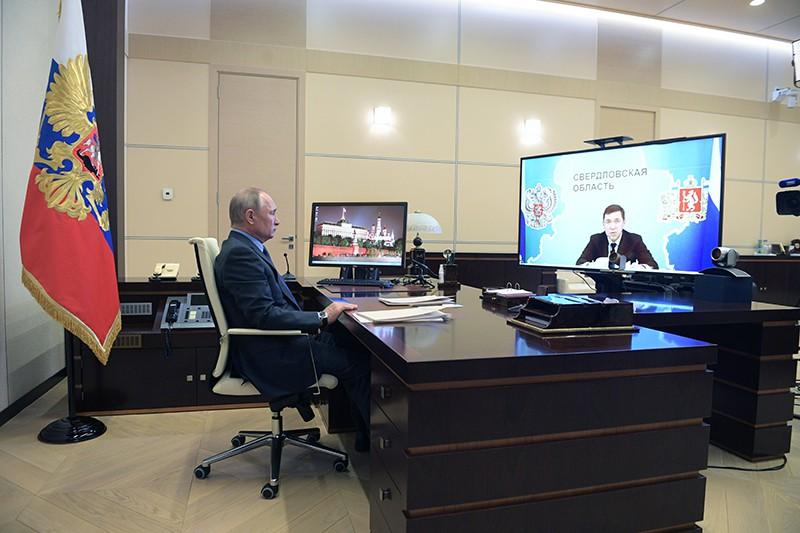 Владимир Путин во время встречи в режиме видеоконференции с Евгением Куйвашевым