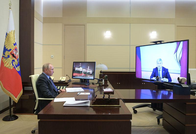 Владимир Путин во время встречи в режиме видеоконференции с губернатором Воронежской области Александром Гусевым