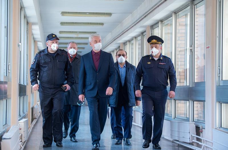 Сергей Собянин во время посещения коронавирусного стационара, открытого на базе госпиталя медсанчасти МВД России