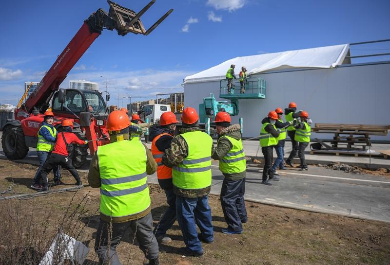 Рабочие на строительной площадке нового корпуса многопрофильного медицинского центра