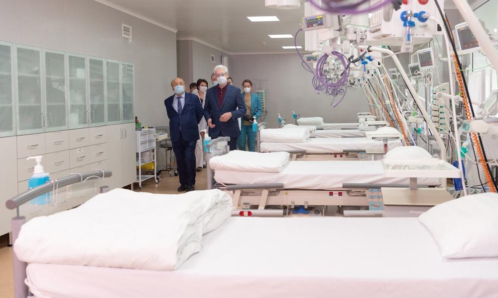 Сергей Собянин во время посещения коронавирусного стационара