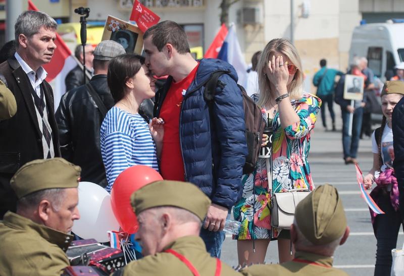 Жители Москвы на улице города в День Победы