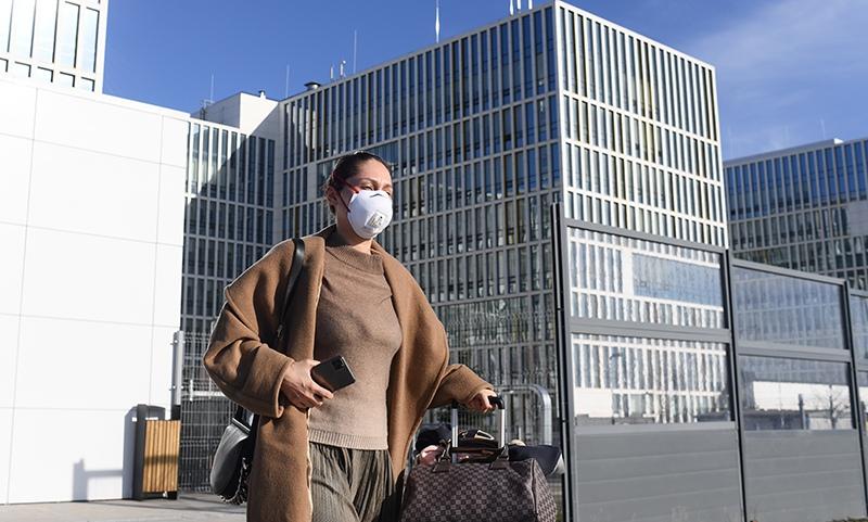 Девушка у здания больницы