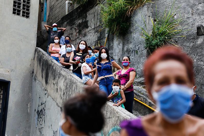 Люди в медицинских масках в Европе