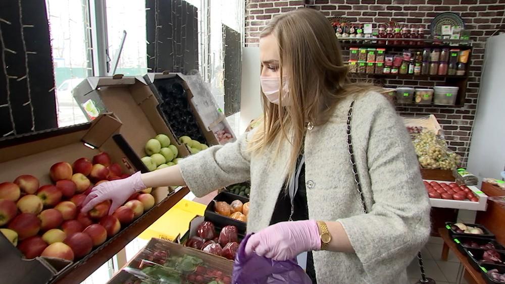 Волонтеры покупают продукты в магазине