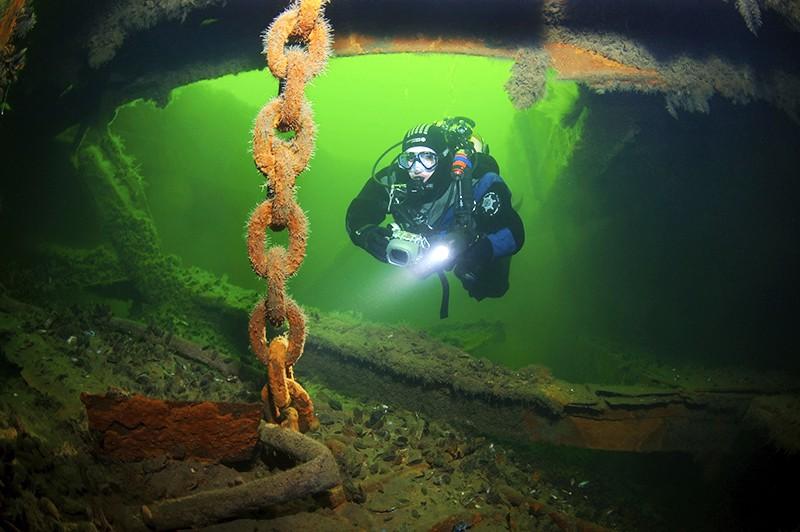 Дайвер обследует затонувшее судно