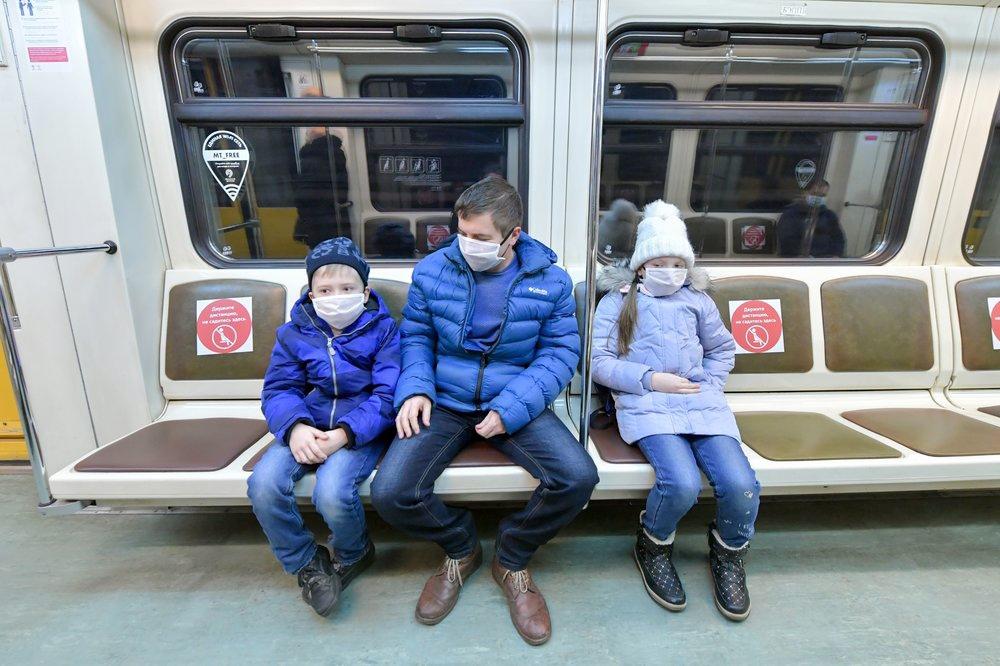 Отец с детьми в метро