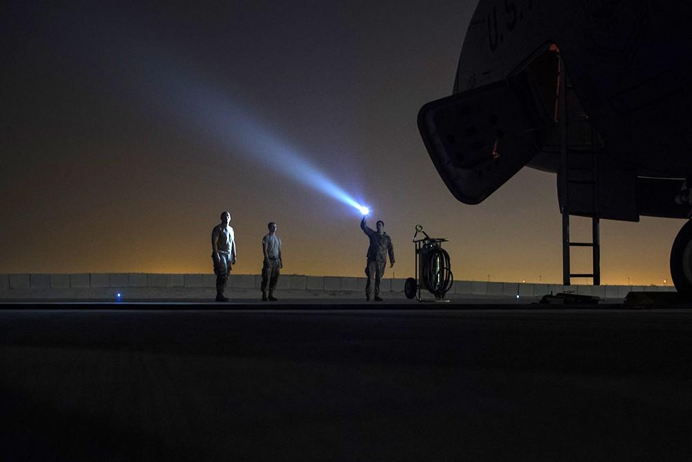 Военнослужащие армии США на аэродроме