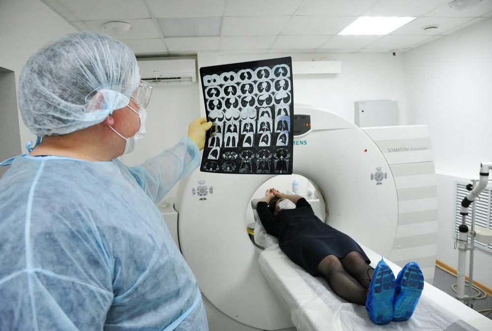 Врач смотрит результат МРТ