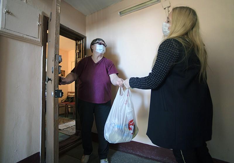 Волонтеры доставляют продукты пожилым людям