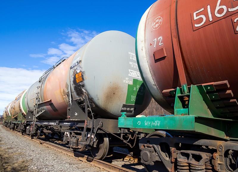 Товарный поезд с цистернами