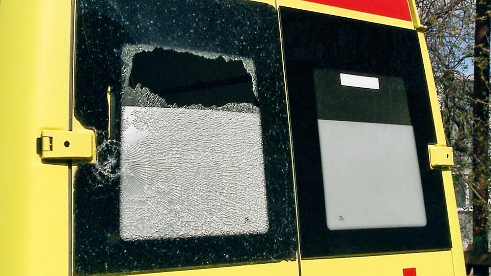 Разбитое окно в скорой помощи