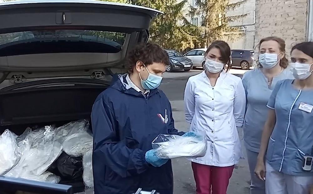 Волонтеры доставляют медикам средства защиты