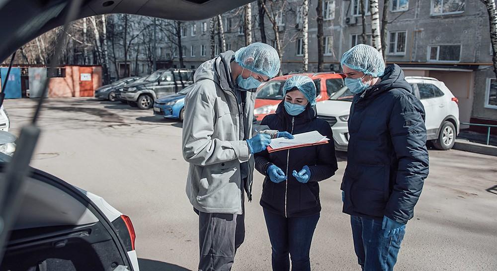 Волонтеры в защитных масках