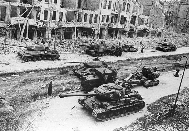 Советские боевые части на пути к центру Берлина